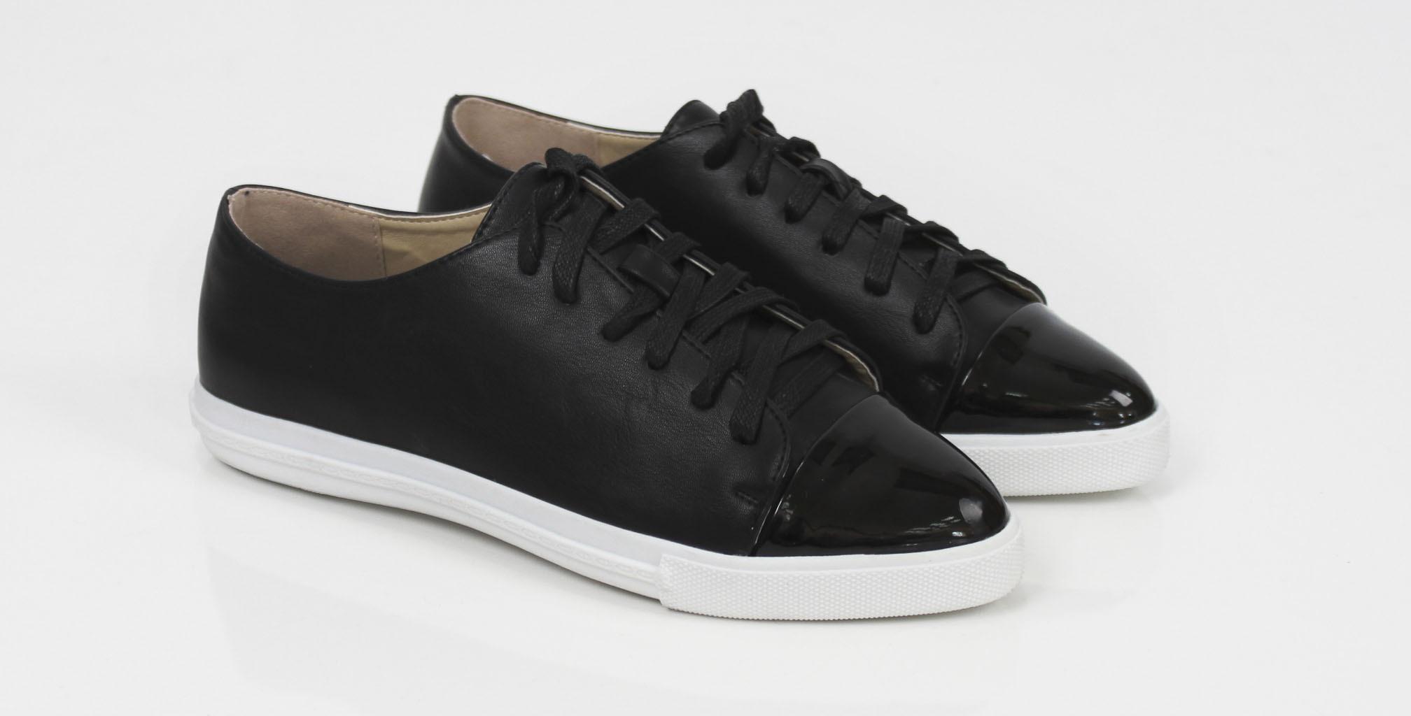 Buty nie tylko podkreślają fason ubrania, muszą także harmonizować ze stylem życia. Dlatego koniecznie powinnaś rozważyć, czy szukasz wygodnych butów na płaskich podeszwach, na eleganckich szpilkach, kobiecych platformach czy stabilnych koturnach.